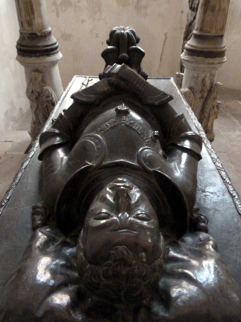 Tumba des Grafen Hoyer VI. v. Mansfeld-Vorderort (Zuschreibung) Liegefigur, vom Kopf aus gesehen