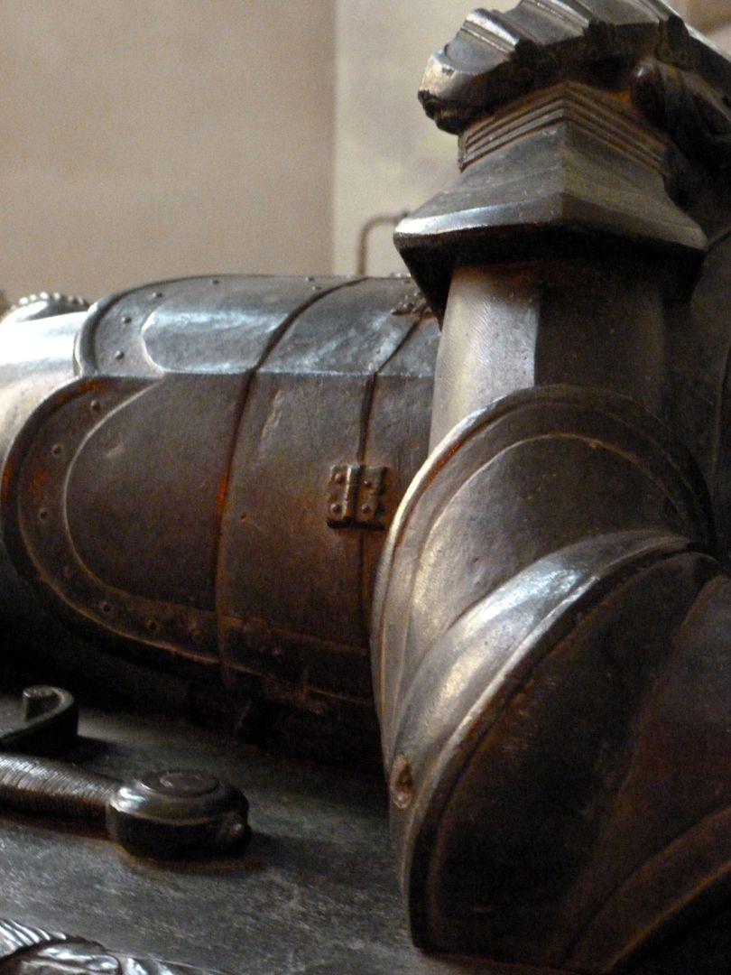 Tumba des Grafen Hoyer VI. v. Mansfeld-Vorderort (Zuschreibung) Liegefigur, Harnischdetail