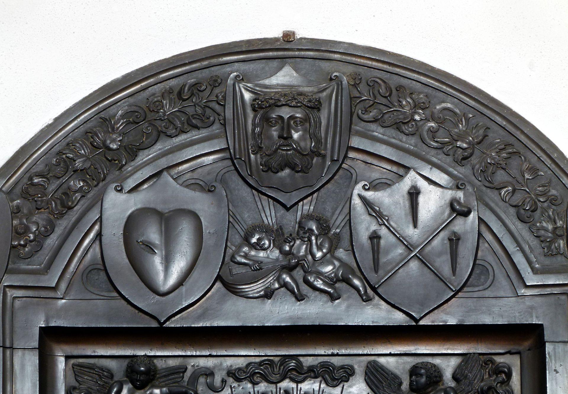 Gedächtnisanlage des Albrecht v. Brandenburg: Maria auf der Mondsichel Maria auf der Mondsichel, Plattenbekrönung