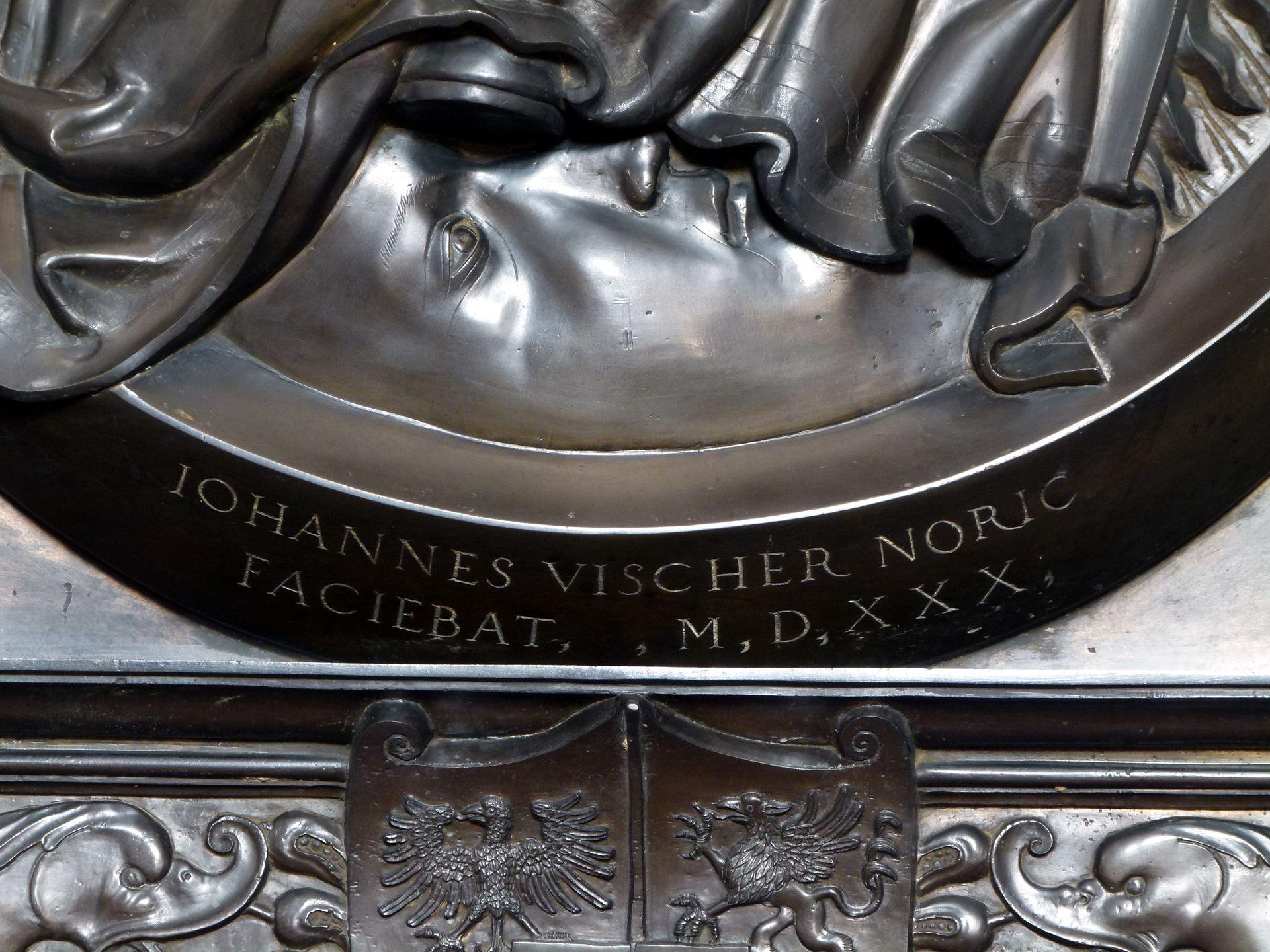 Gedächtnisanlage des Albrecht v. Brandenburg: Maria auf der Mondsichel Maria auf der Mondsichel, Signatur des Künstlers und Datierung