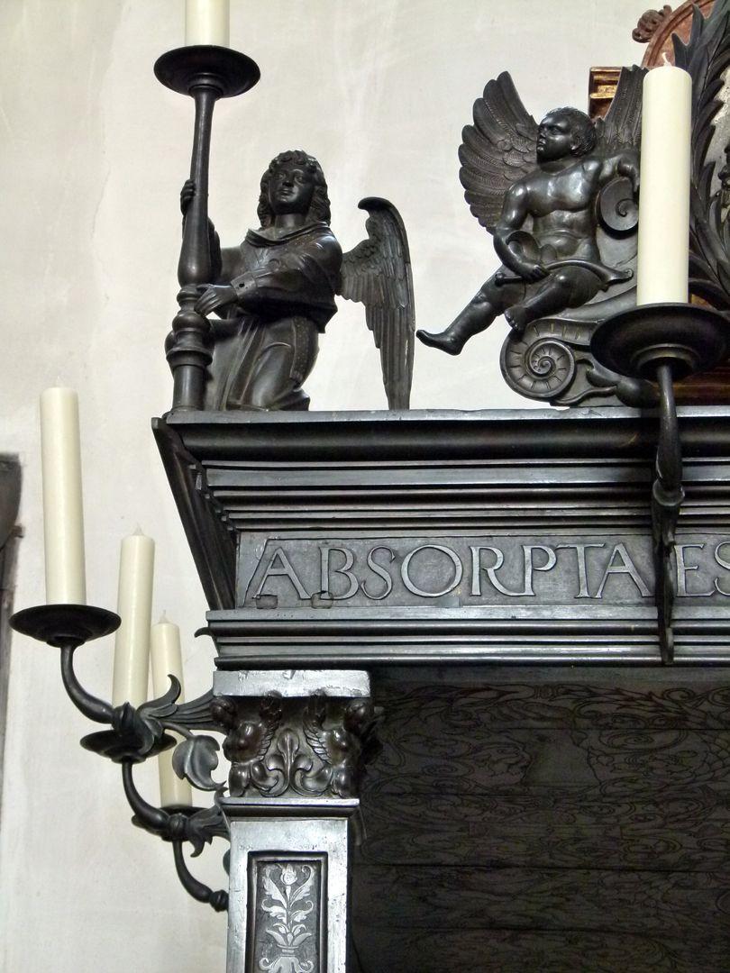 Gedächtnisanlage des Albrecht v. Brandenburg: Baldachin Gebälkdetail mit Engelfiguren