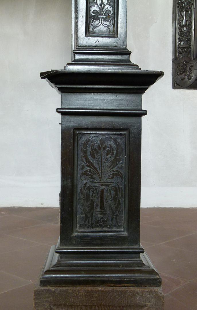 Gedächtnisanlage des Albrecht v. Brandenburg: Baldachin Postament eines Bronzepfeilers