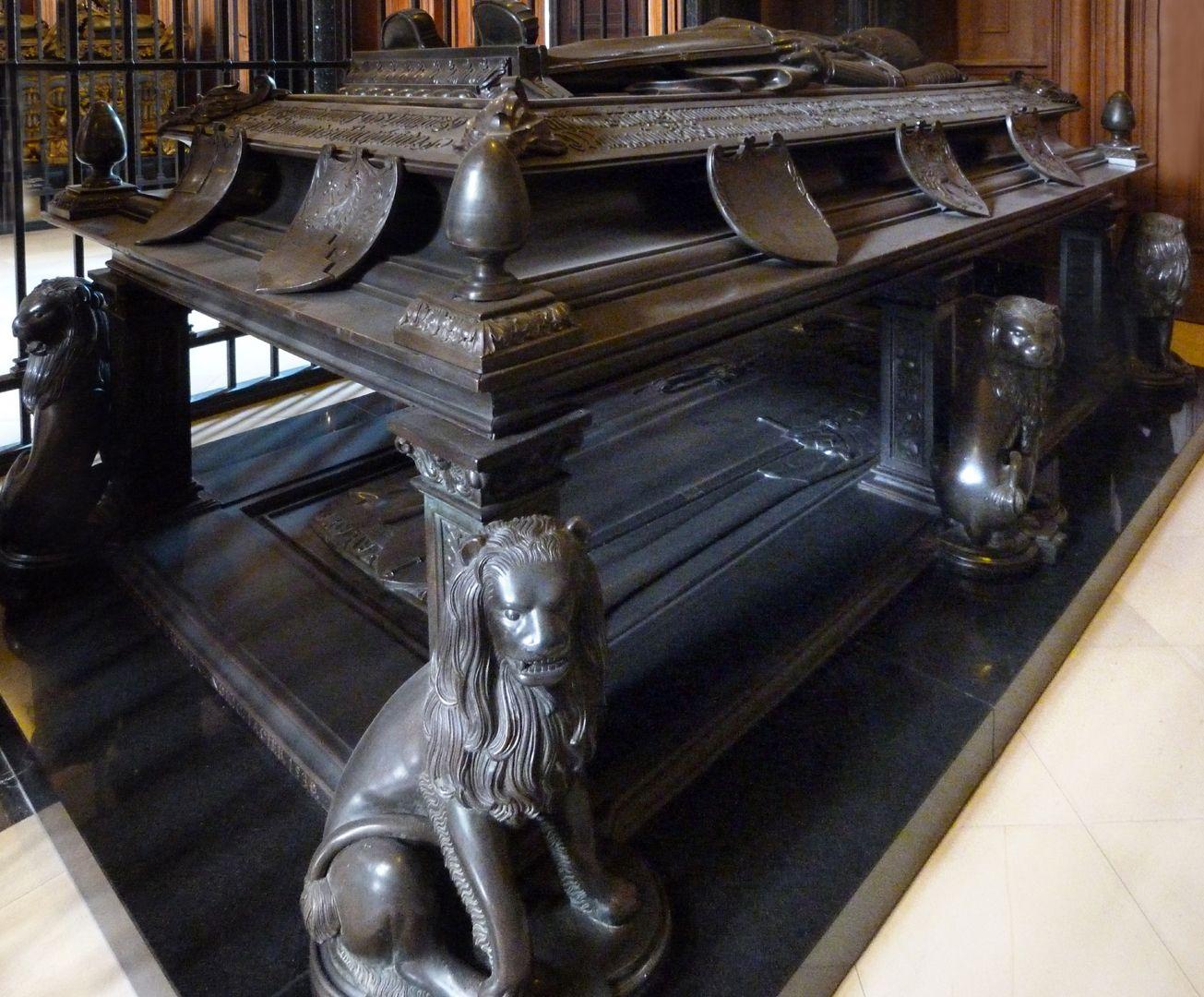 Tischgrab des Johann Cicero, Kurfürst von Brandenburg Ansicht der linken Figurenseite