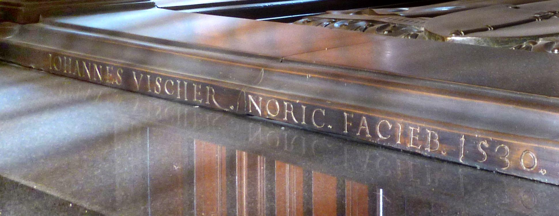 Tischgrab des Johann Cicero, Kurfürst von Brandenburg zu Füßen der unteren Grabplatte: Johannes Vischer Noric(us) facieb(at) 1530 = Johannes Vischer aus Nürnberg hat es gemacht 1530