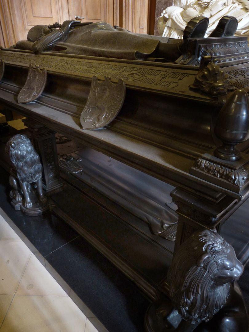Tischgrab des Johann Cicero, Kurfürst von Brandenburg Ansicht der rechten Figurenseite