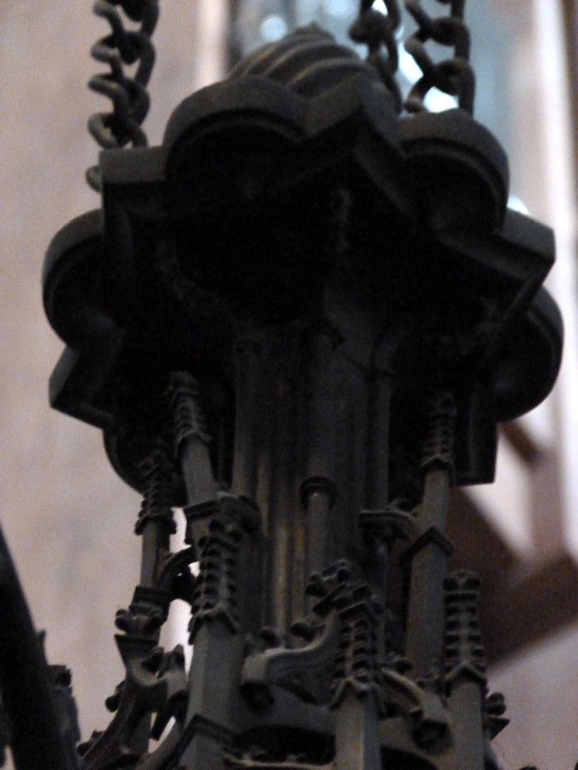 Bronzeleuchter Detail der Aufhängung von unten