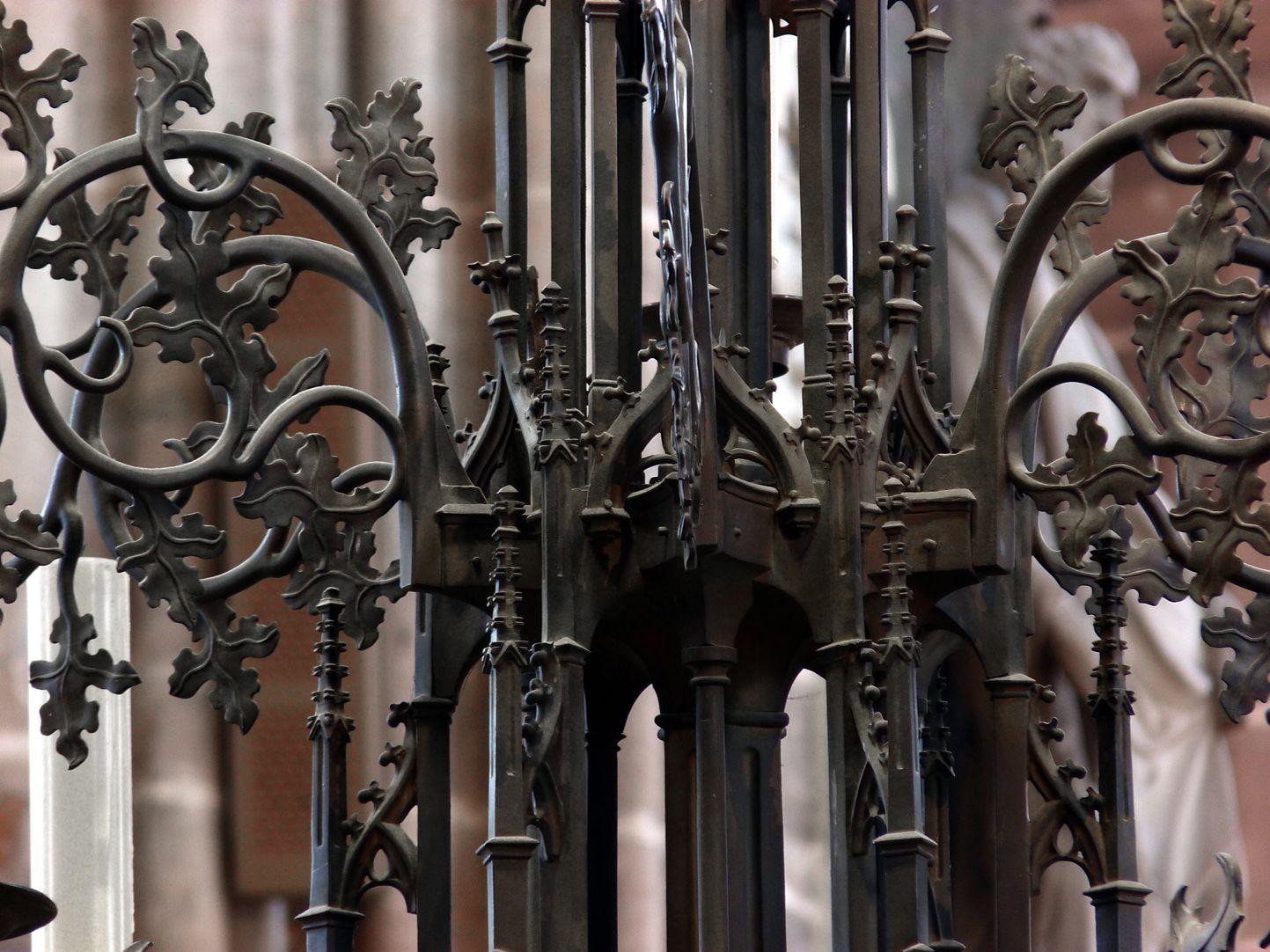 Bronzeleuchter Detail des Gehäuses mit Rankenwerk