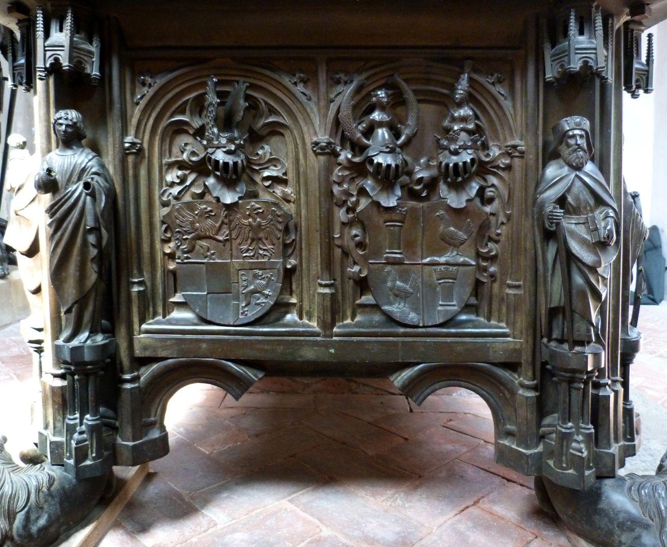 Tumba des Ehepaares Hermann und Elisabeth von Henneberg Schmalseite des Grabkopfes