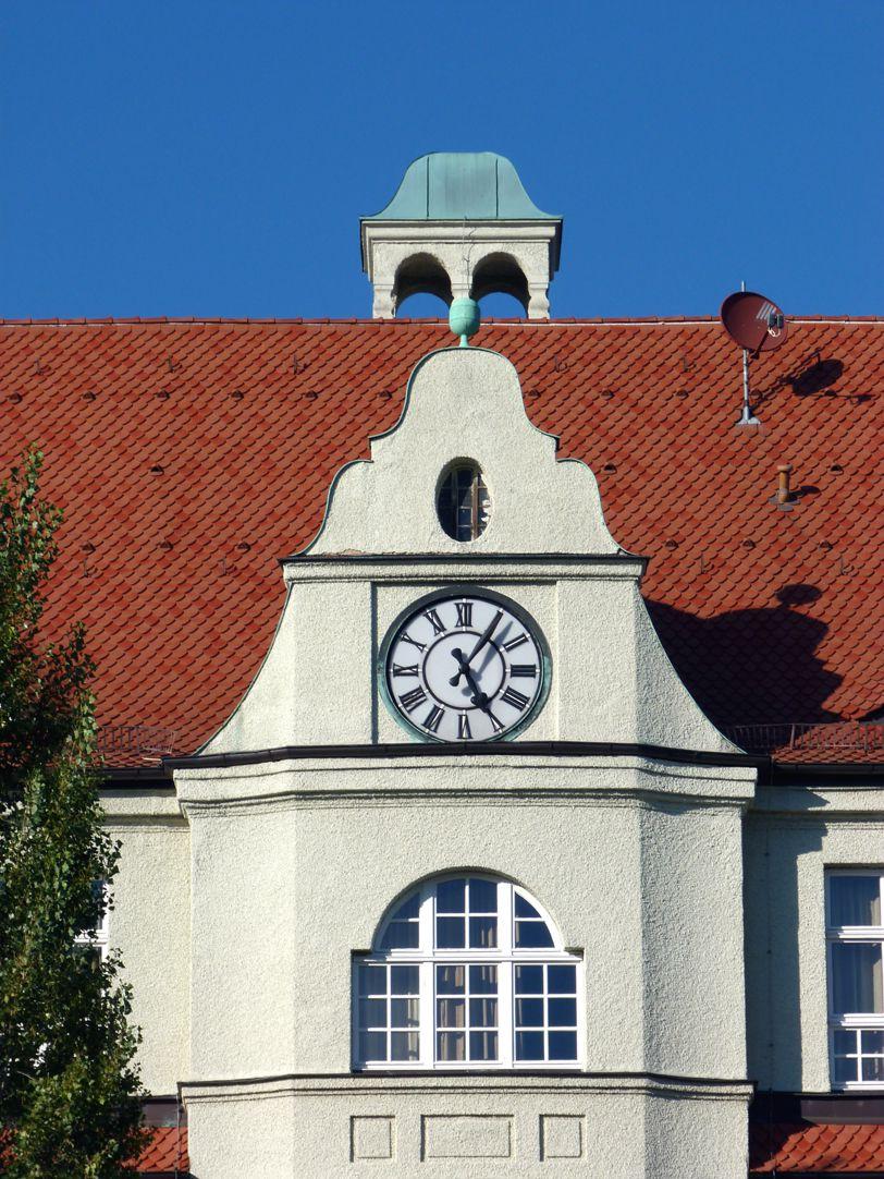 Peter-Vischer-Schule Giebel des Mittelrisalits