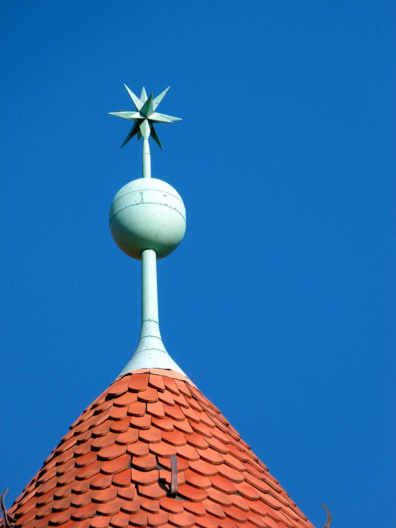 Peter-Vischer-Schule Kegeldach mit Knaufkugel und Stern