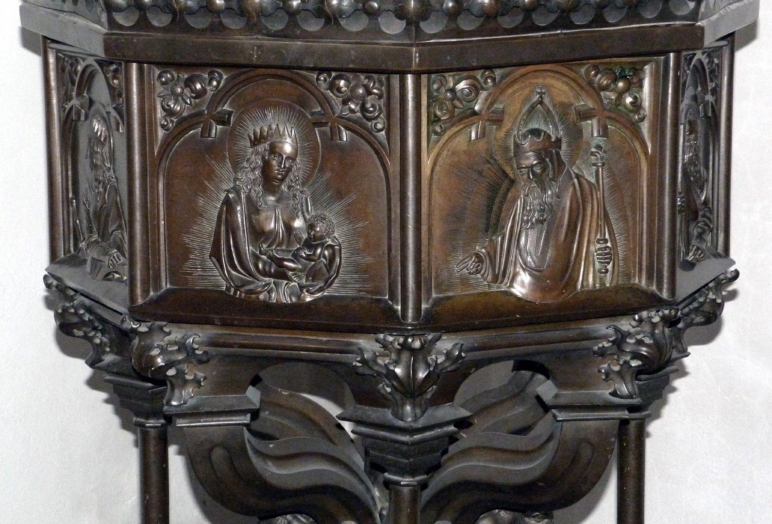 Taufbecken (Ochsenfurt) Ansicht von Nordwest. Taufbecken mit Darstellungen der Muttergottes mit dem Jesuskind und Gottvater