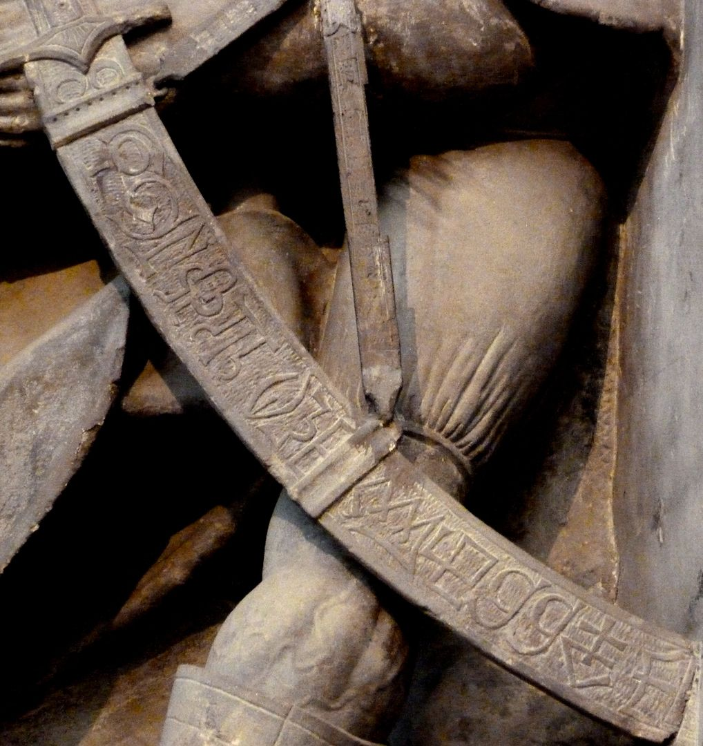 Volckamersche Gedächtnisstiftung, Reliefplatten Gefangennahme, Detail: Säbel mit Datum und Meisterzeichen von Veit Stoß