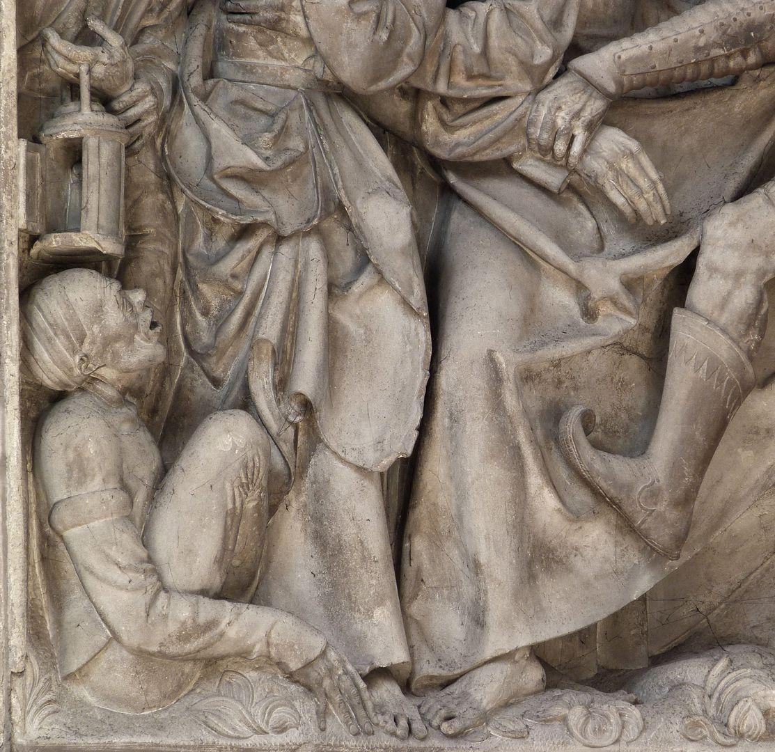 Volckamersche Gedächtnisstiftung, Reliefplatten Gefangennahme, linke untere Ecke mit dem hockenden Malchus