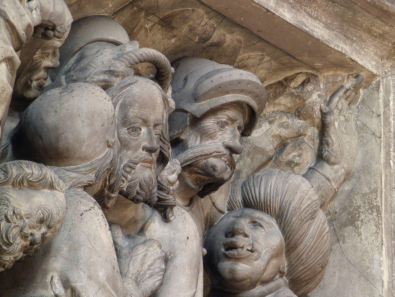 Volckamersche Gedächtnisstiftung, Reliefplatten Gefangennahme, Judaskuss mit grotesken Gesichtern