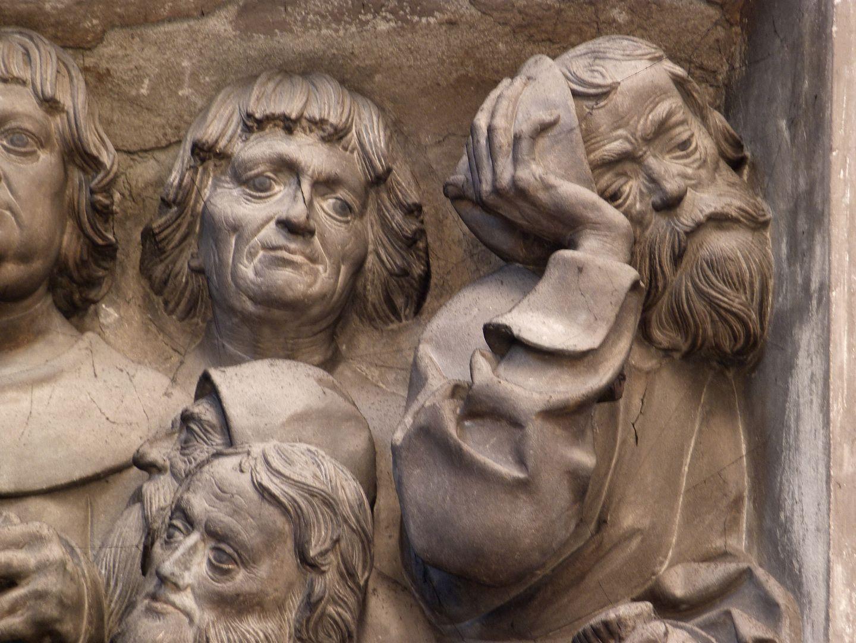 Volckamersche Gedächtnisstiftung, Reliefplatten Letztes Abendmahl, Judas wendet sich vom Geschehen ab