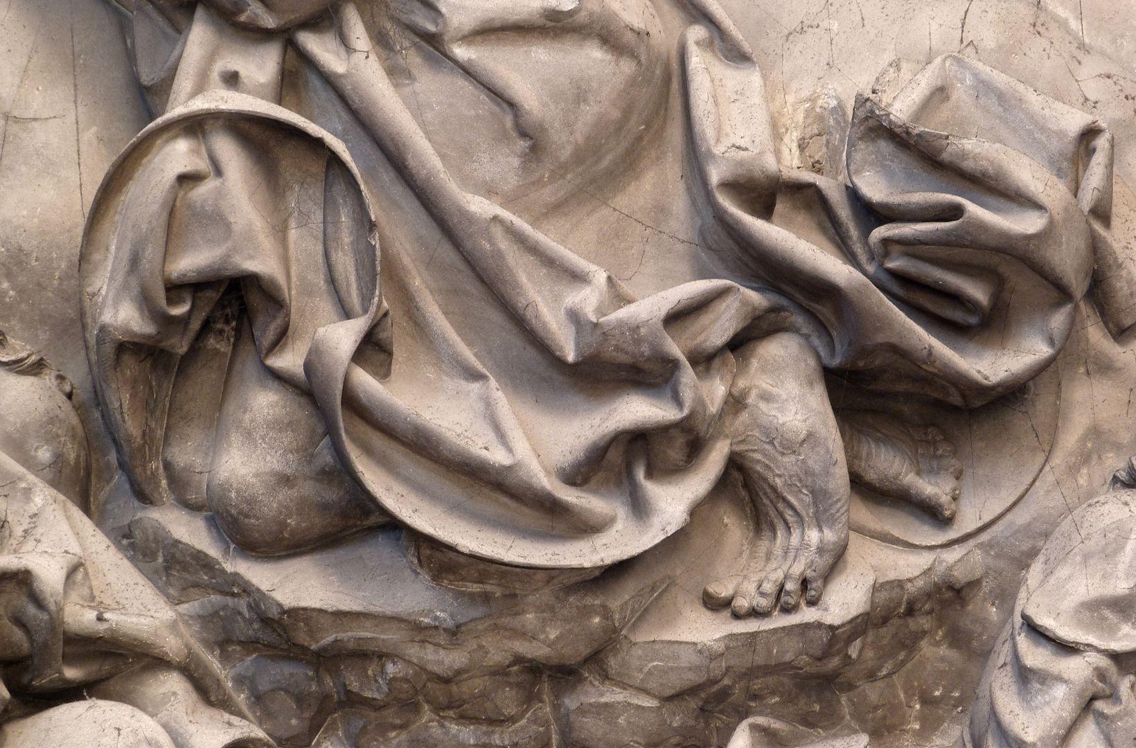Volckamersche Gedächtnisstiftung, Reliefplatten Ölberggebet, ohrmuschelförmiges Faltenwerk am Gewand Christi