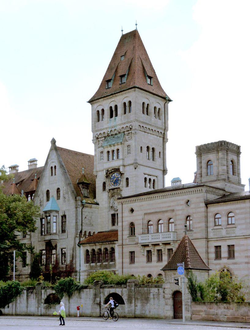 Schloss Faber-Castell Straßenansicht: rechts Trakt von Georg Friedrich Christian Bürklein (1872), links Kramerscher Trakt mit Hauptturm (1903-06)