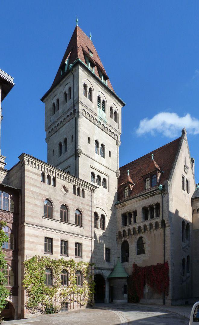 Schloss Faber-Castell Hof mit Bürckleins Flügel (links) und von Kramerscher Hauptturm und Eingang