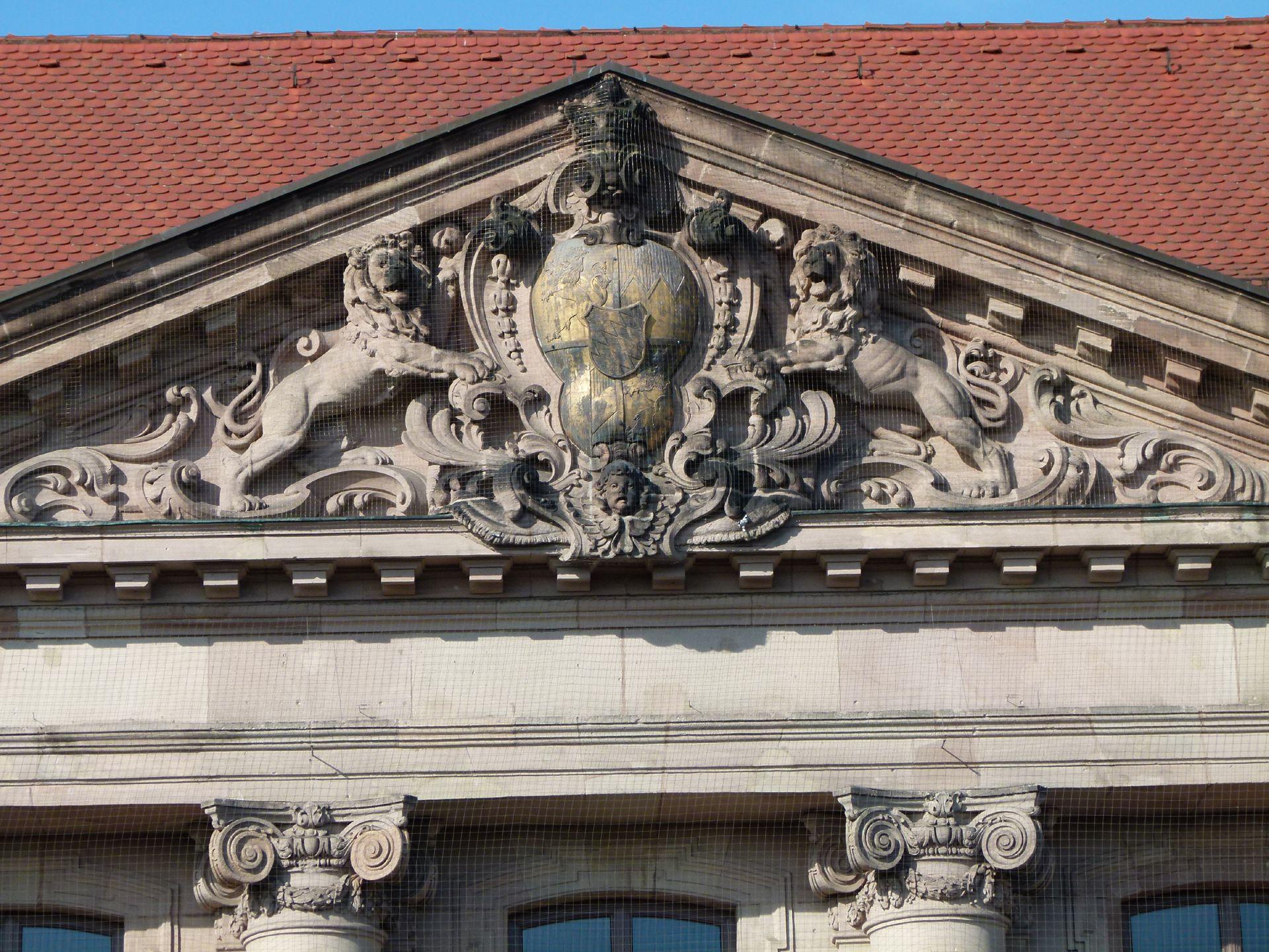 ehem. Bayerische Landesgewerbeanstalt Haupteingangsfassade, NO, Giebel mit von Löwen getragenen Wappen