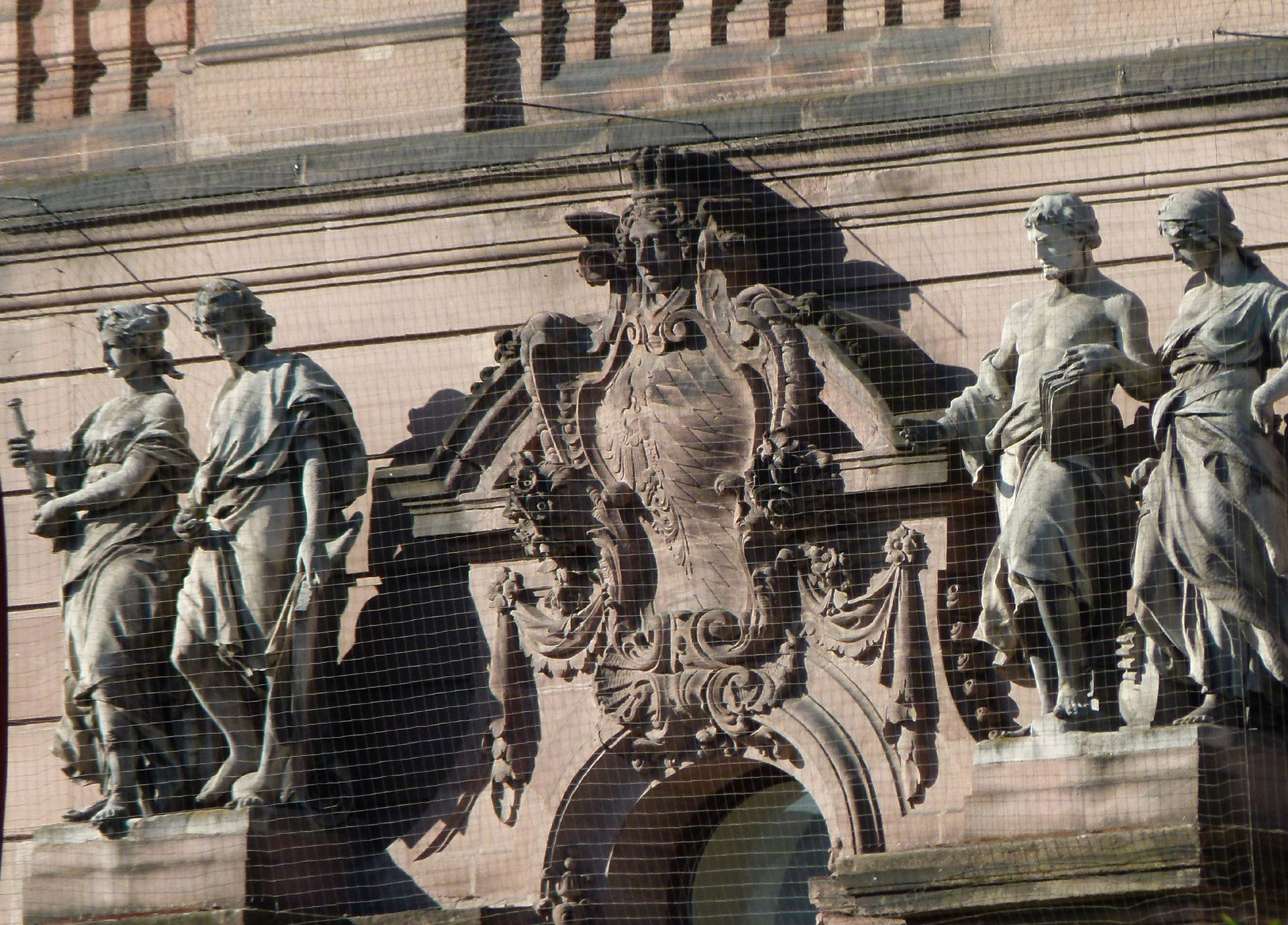 ehem. Bayerische Landesgewerbeanstalt Haupteingangsfassade, NO, Attika vom Haupteingang mit Allegorien