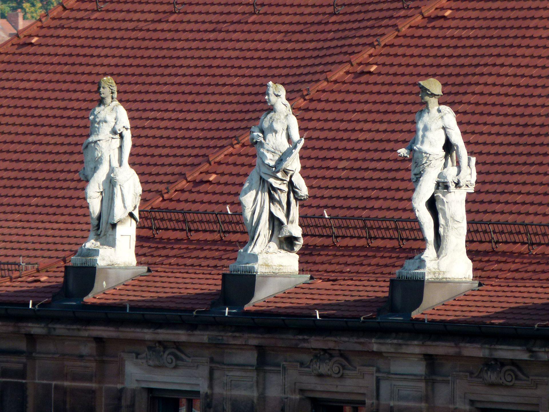 """ehem. Bayerische Landesgewerbeanstalt Südwestfassade, Mittelrisalit, Drei allegorische Darstellungen der """"Sparten der Technik"""" von Joseph Kramer"""