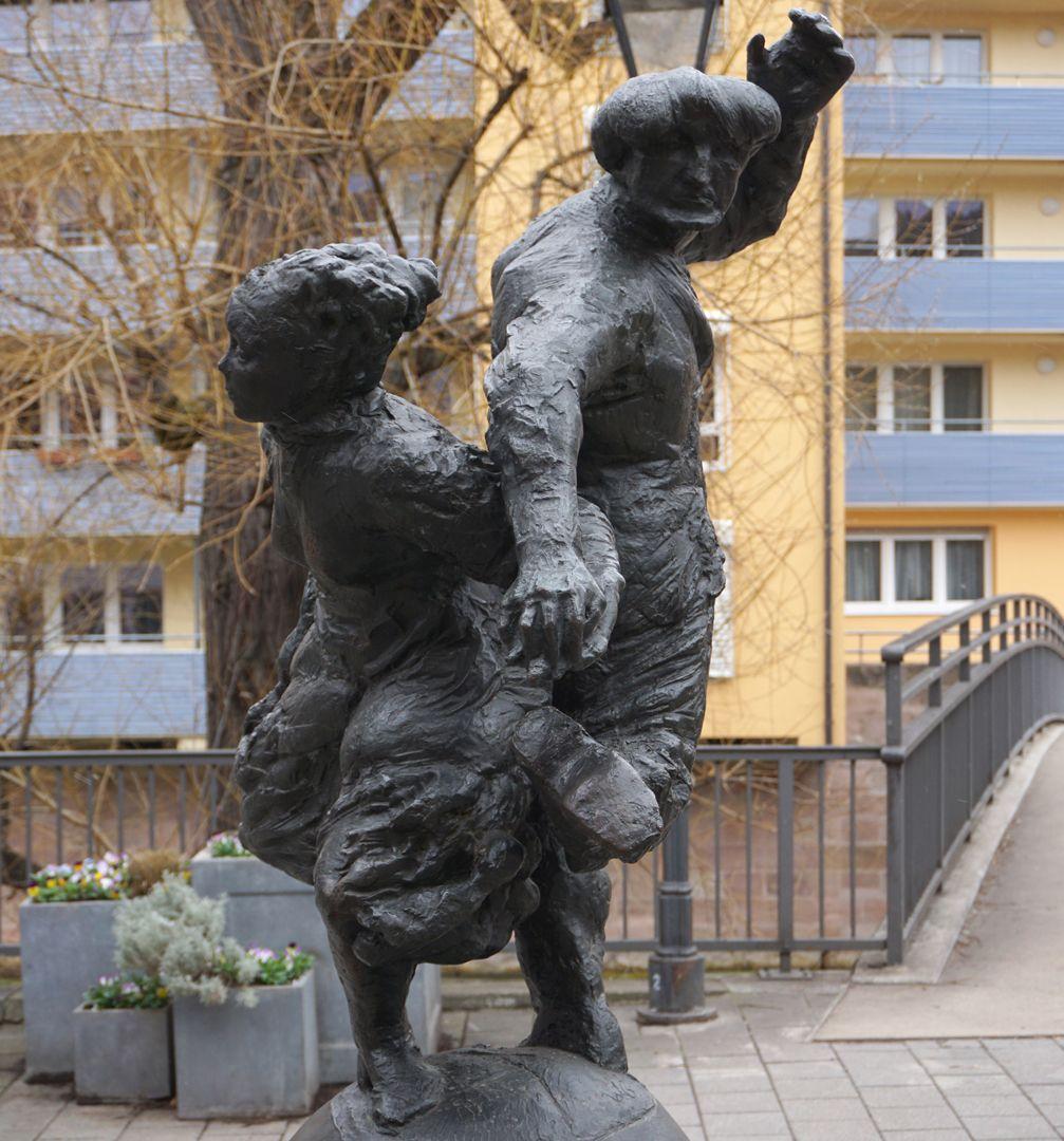 Tanzendes Bauernpaar Figurengruppe von Süden