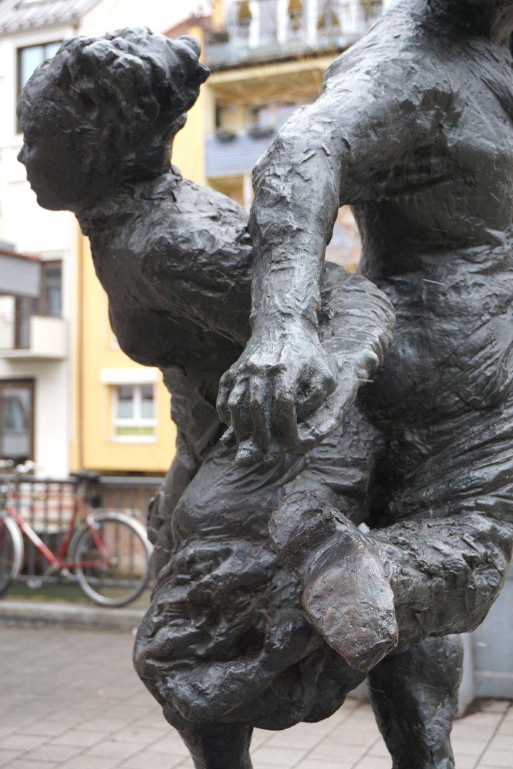Tanzendes Bauernpaar Figurengruppe von Süden, Detail