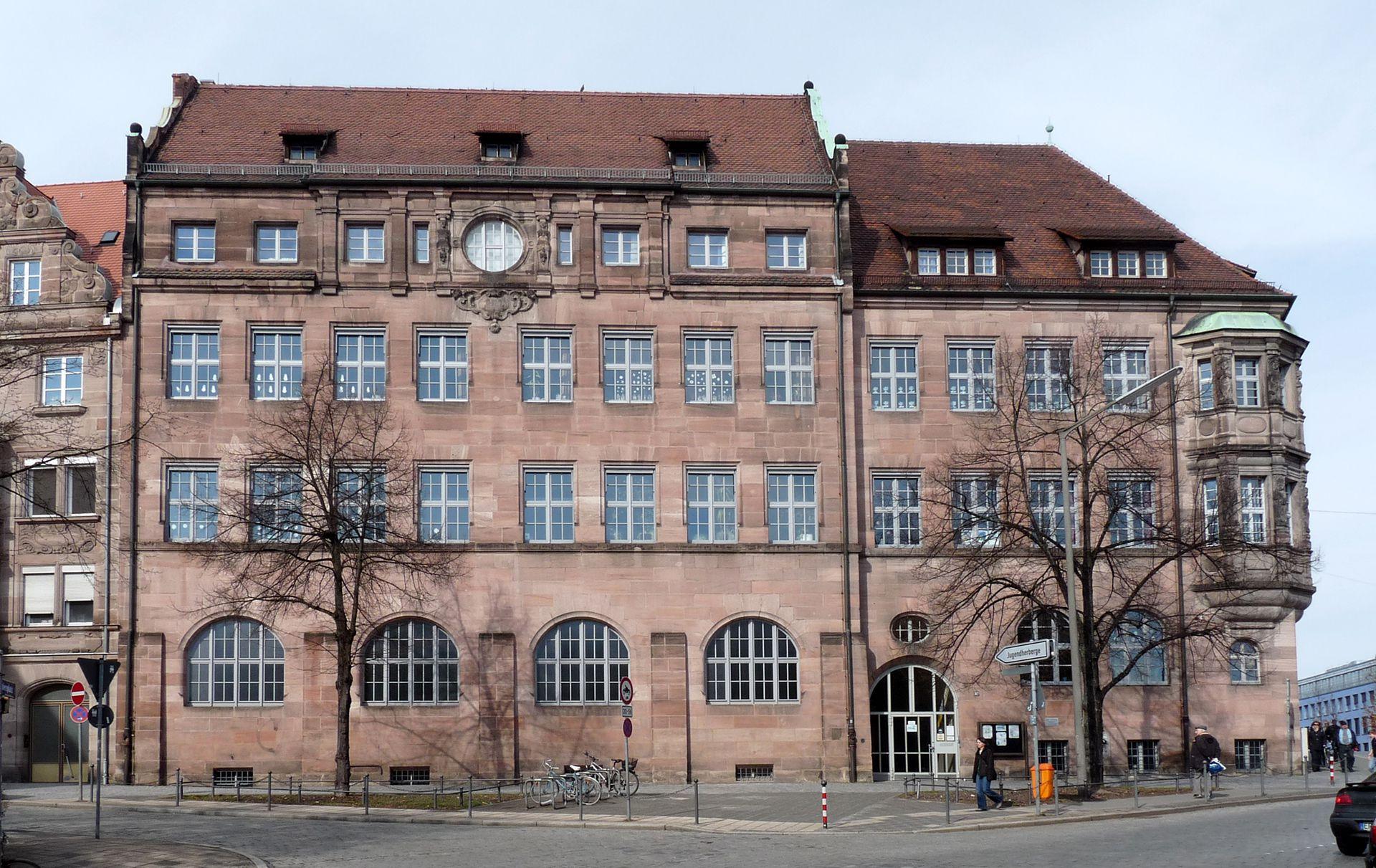 Grundschule Paniersplatz Schulhaus, (vordere Dachlaterne Kriegsverlust)