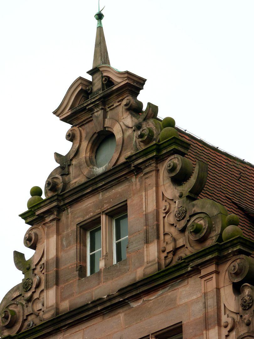 Hauptgebäude des Klinikum Nord Fassade, Schweifgiebel