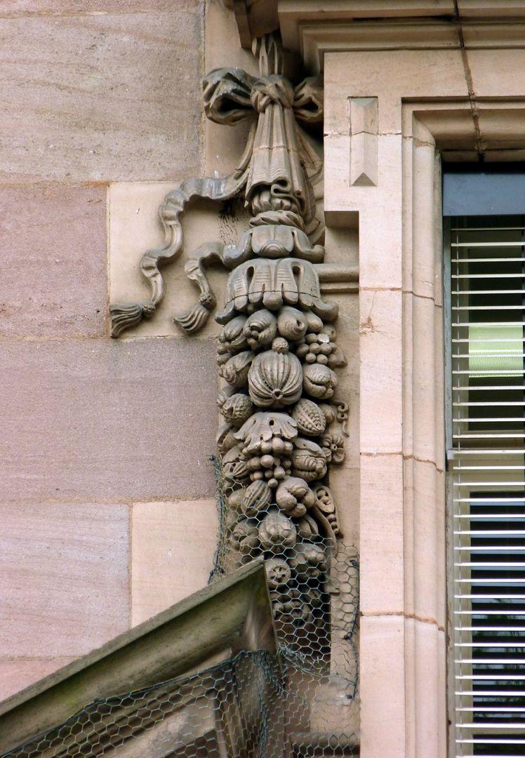 Hauptgebäude des Klinikum Nord Fassade, Girlande des Mittelachsenfensters