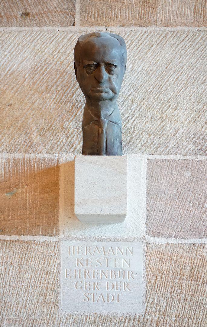 Büste des Hermann Kesten Gesamtansicht von vorne mit Inschrift