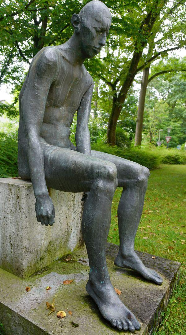 Sitzende Bronzefigur
