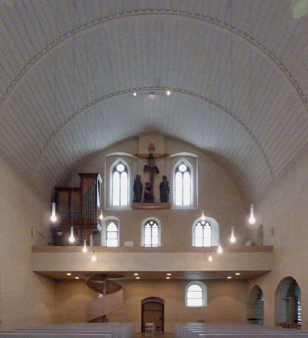 Kreuzigungsgruppe Blick nach W, mit Orgelempore und Kreuzigungsgruppe