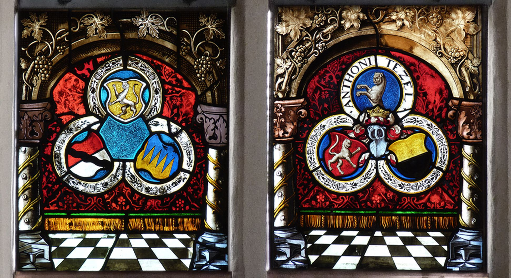 St. Bartholomäus, Chorfenster n II Erste Zeile; Tetzelsche Allianzwappen (Architekturrahmungen von 1886)