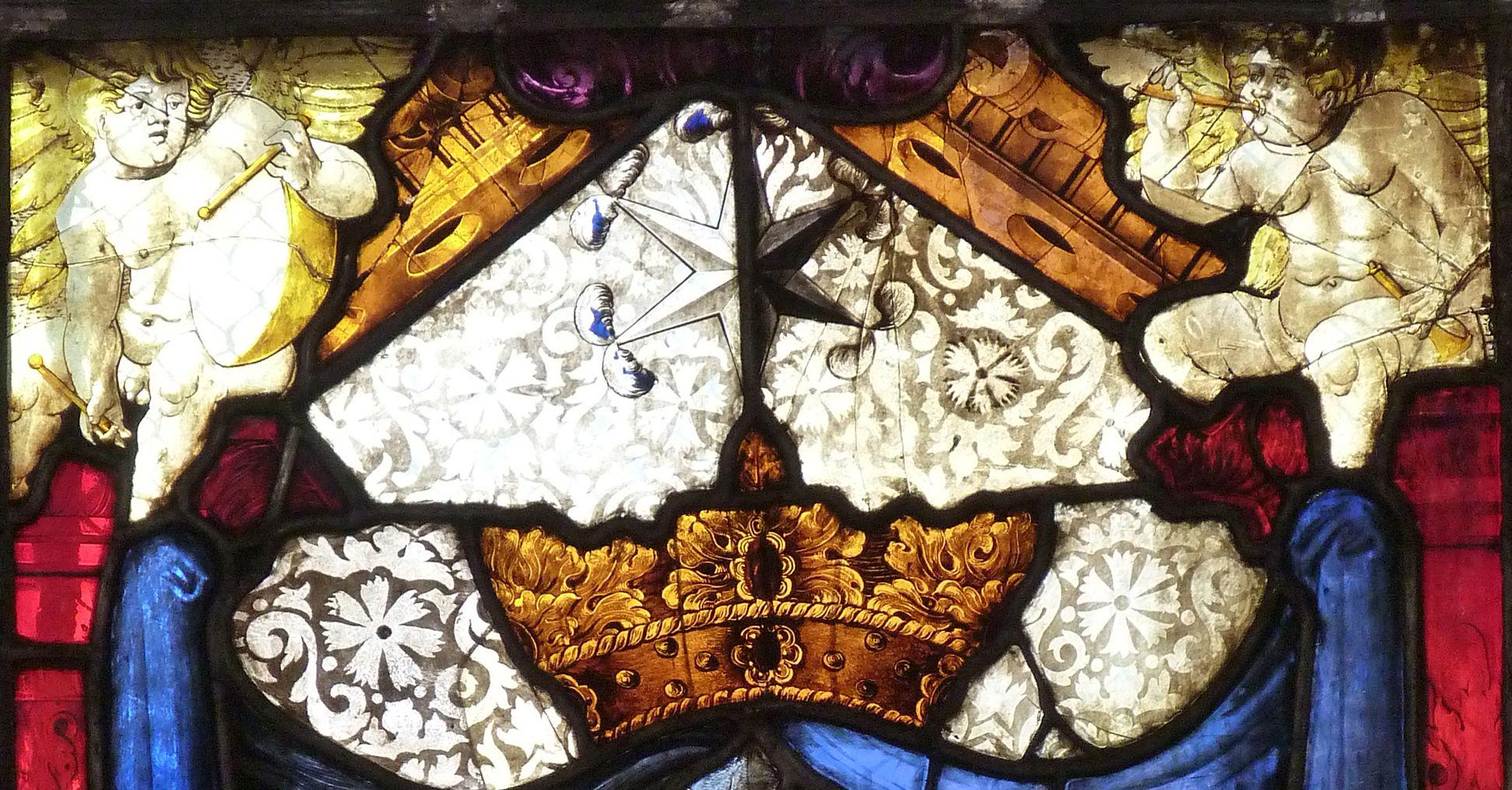 St. Bartholomäus, Chorfenster n III Geudersches Wappen, Detail, Krone, Stern und Zwickelengelchen