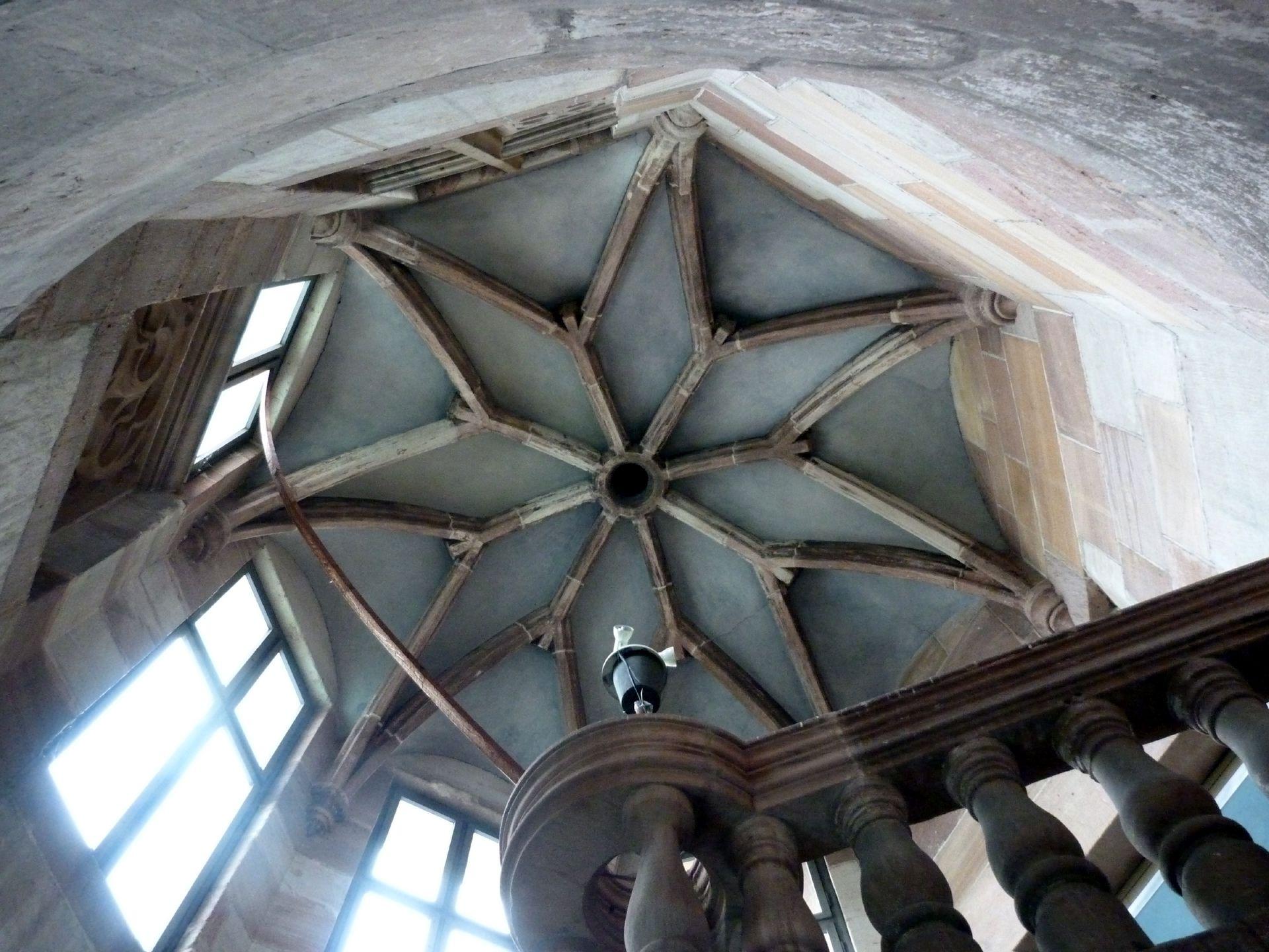 Pellerhaus Treppengehäuse: sternförmiges Rippengewölbe / 1605