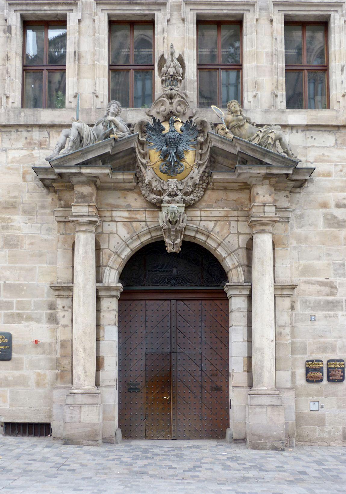 Rathaus, Wolffscher Bau Mittelportal
