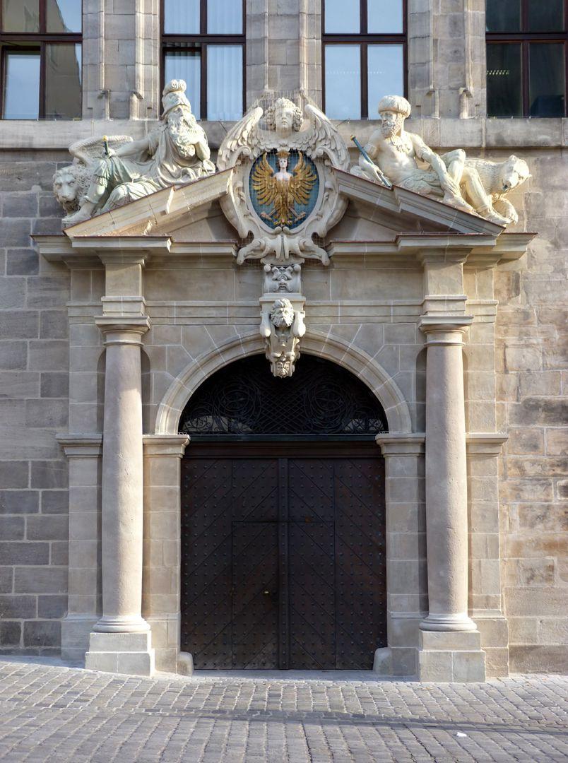 Rathaus, Wolffscher Bau linkes Seitenportal