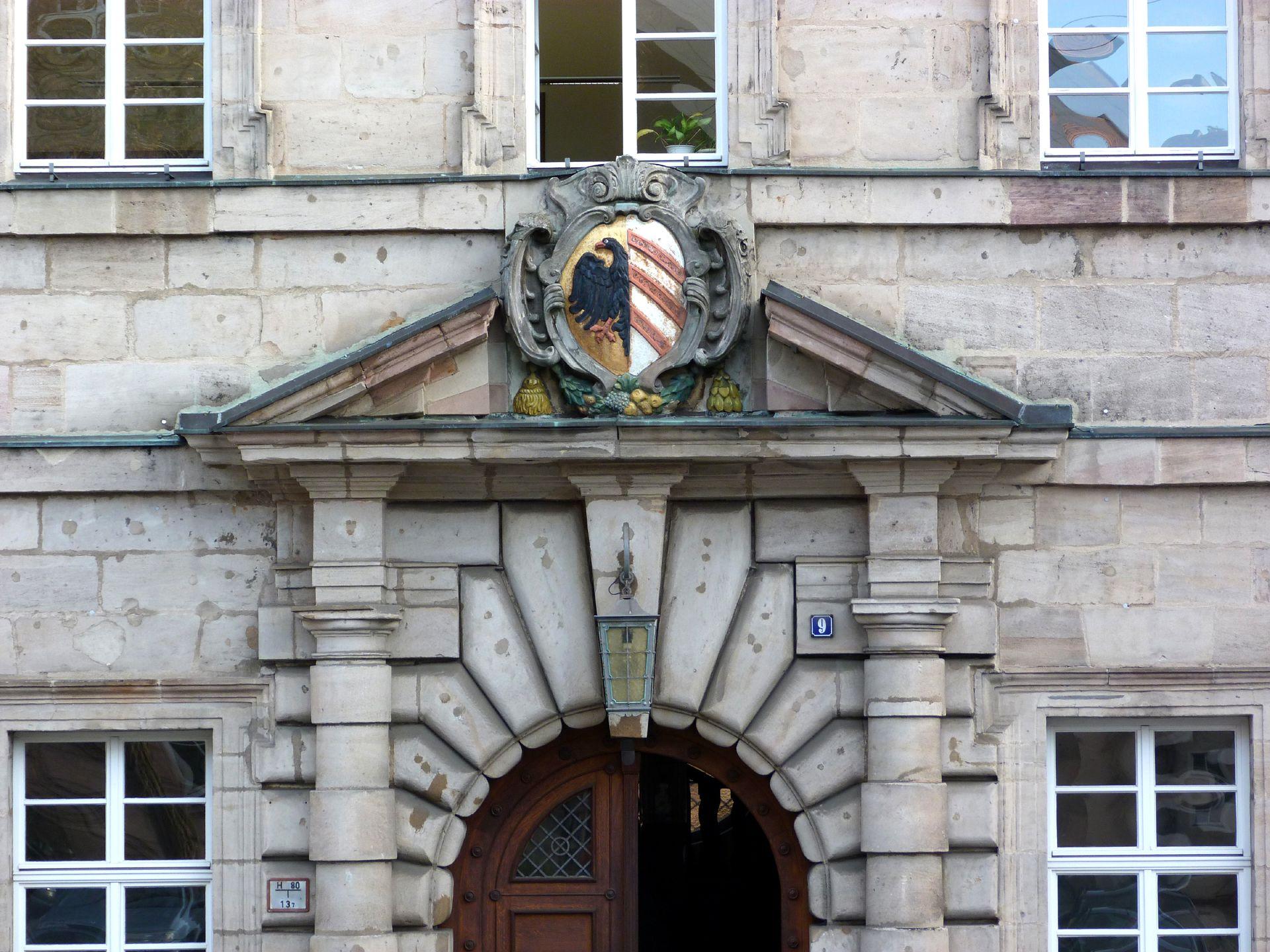 Baumeisterhaus Portal: gesprengter Giebel mit Wappenkartusche