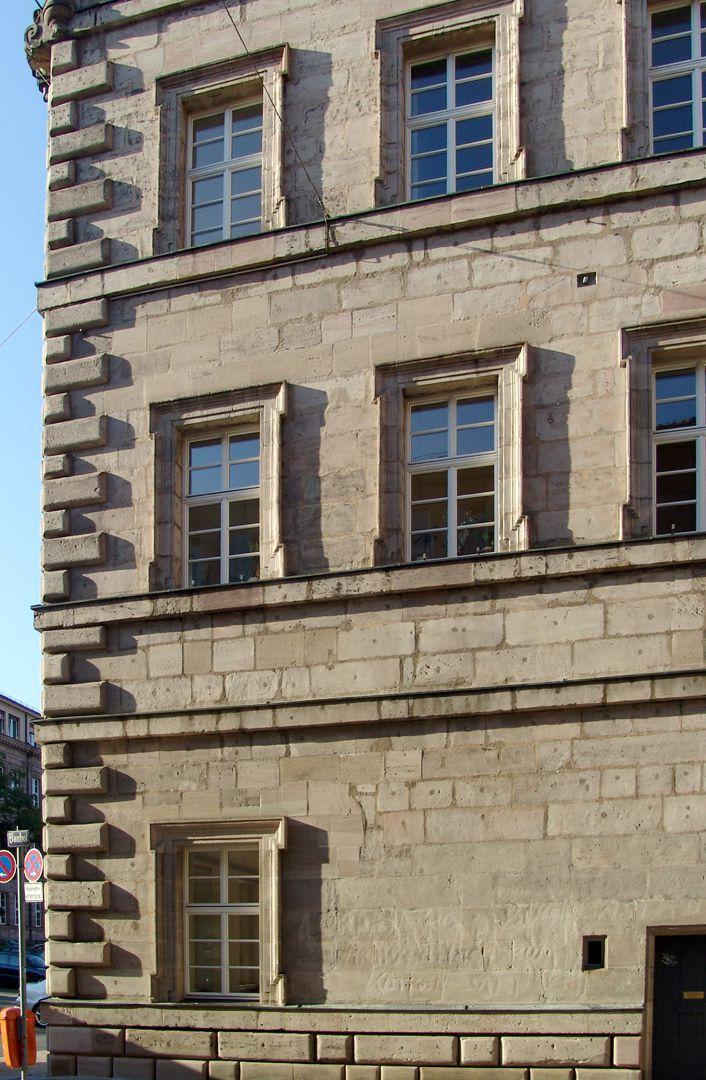 Baumeisterhaus Südwestkante mit Lang- und Kurzwerk, Fensterfaschen und Simse
