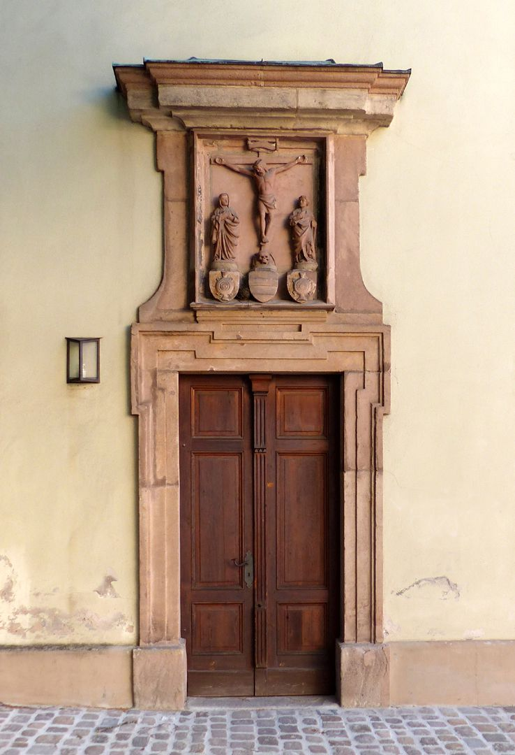 Wolfgangskapelle Westportal mit Kreuzigungsgruppe und Stifterwappen um 1437 mit späterer barocker Fassung