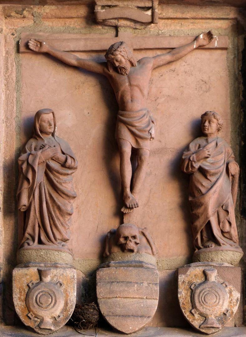 Wolfgangskapelle Kreuzigungsgruppe mit Stifterwappen, Hochrelief um 1437