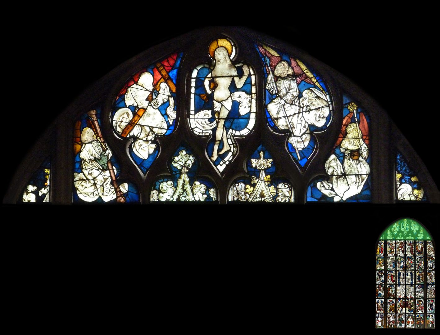 Kaiserfenster Schmerzensmann zwischen Engeln, die die Marterwerkzeuge halten
