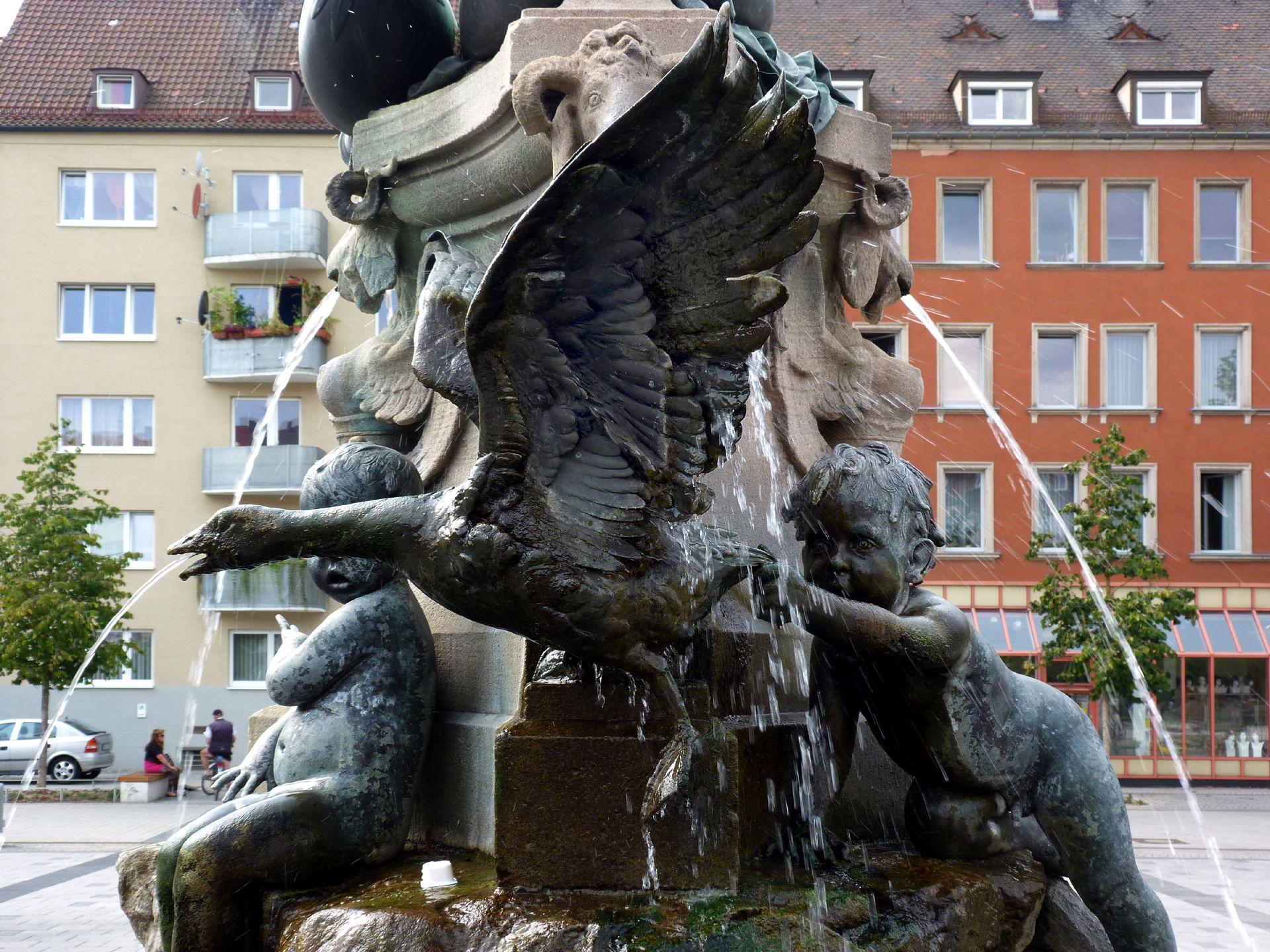 Nymphenbrunnen Gans mit spielenden Kindern