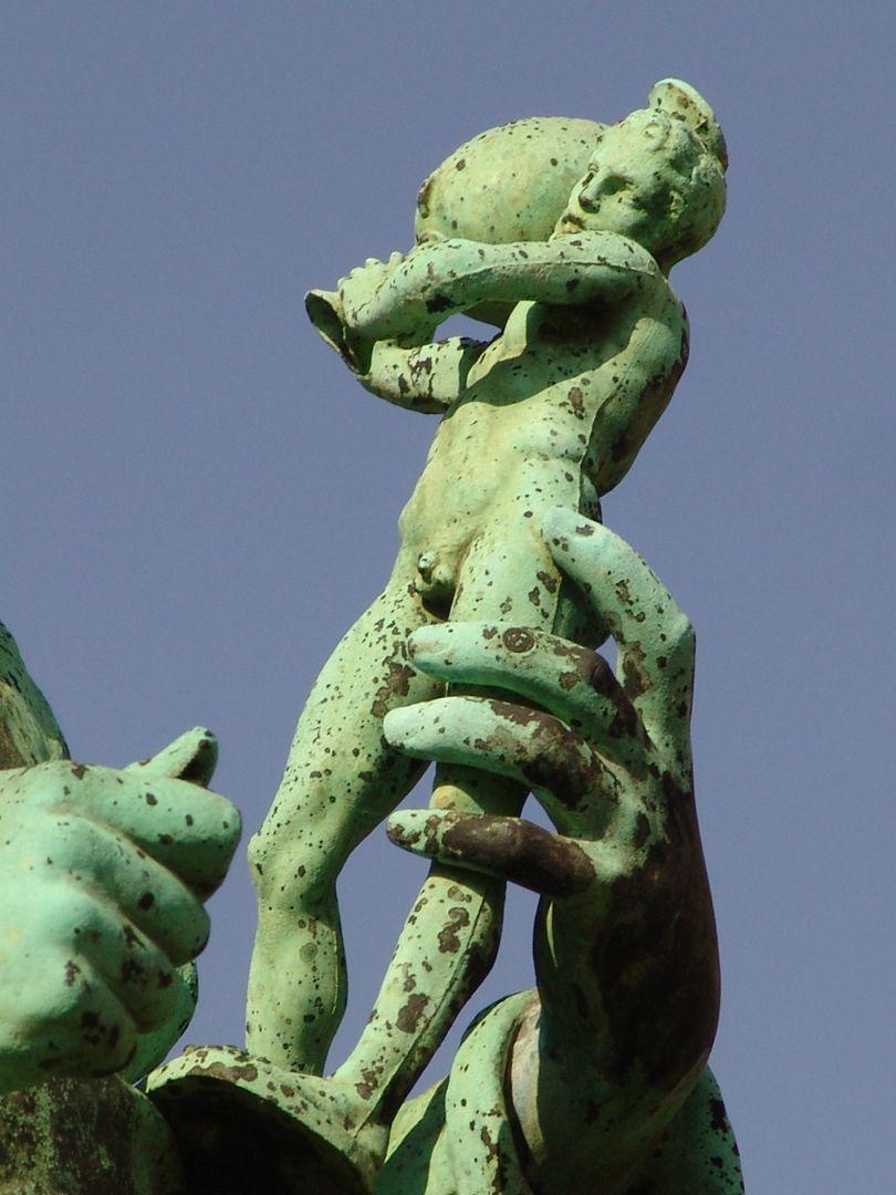 Burgschmietbrunnen Standbild, Vasenjüngling