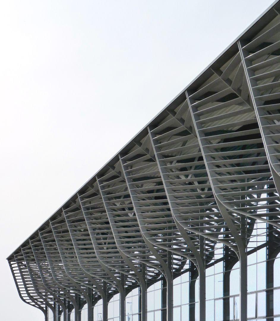 Halle 3A Schrägansicht Vordach-Lamellen